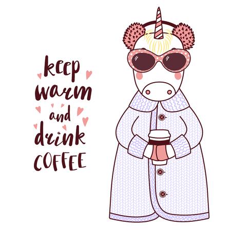 Illustration vectorielle dessinés à la main d'une licorne drôle mignonne dans un manteau tricoté, cache-oreilles en fourrure, tenant une tasse en papier, texte Tenir au chaud et boire du café. Objets isolés sur fond blanc. Concept de design pour enfants.