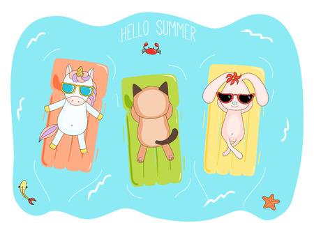 Bergeben Sie gezogene Vektorillustration eines Einhorns, des Häschens und der Katze in der Sonnenbrille, die in das Meer auf aufblasbaren Luftmatratzen, mit Fischen, Starfish und Krabbe schwimmt, Text hallo Sommer. Gestaltungskonzept für Kinder. Standard-Bild - 88891340