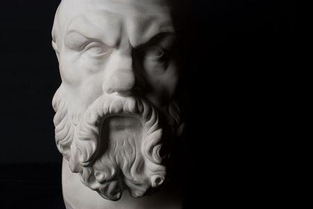 Socrates statue isol�e sur fond noir Banque d'images