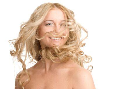 Le portrait d'une belle femme blonde sur un fond blanc