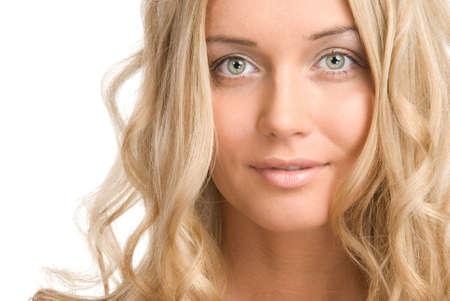 Le portrait d'une belle jeune fille blonde sur un fond blanc  Banque d'images