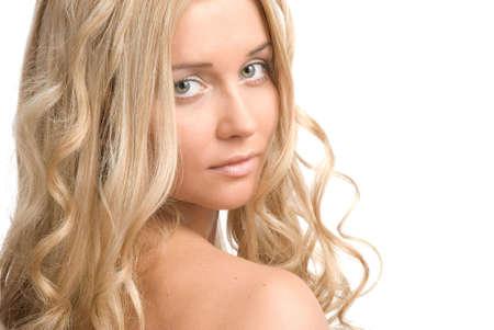 Portrait d'une belle dame blonde sur fond blanc