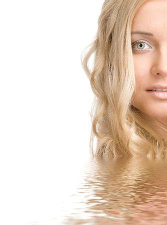 Portrait d'une belle femme blonde dans l'eau sur un fond blanc  Banque d'images