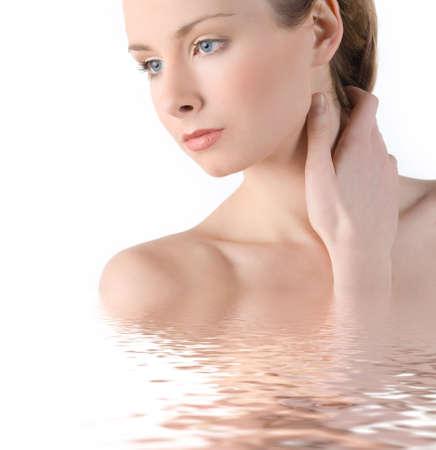 Belle fille parfaite avec la peau dans l'eau isol�es sur fond blanc