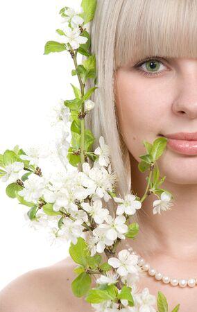 Portrait de blong belle fille sur un fond blanc