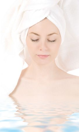 Portrait de dame dans l'eau sur un fond blanc.  Banque d'images