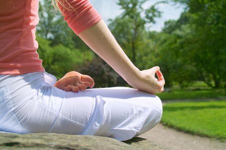 Jeune fille pratiquant le yoga dans le parc sur la journ�e ensoleill�e  Banque d'images