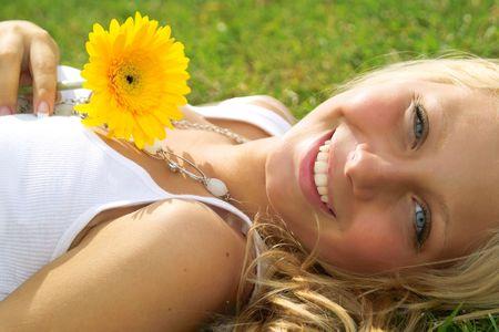 Une belle ladyl se trouve sur l'herbe dans la journ�e ensoleill�e