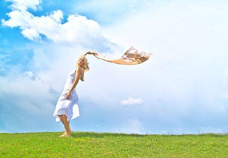 Une jeune dame portrait sur le fond du ciel