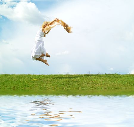 Une jeune dame de sauter sur le fond du ciel