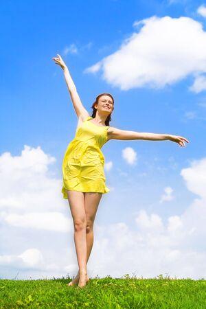 Une belle fille sur la robe jaune et rouge avec des cheveux b�n�ficiant d'�t�