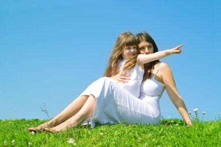 M�re et sa fille de repos dans un parc de journ�e ensoleill�e