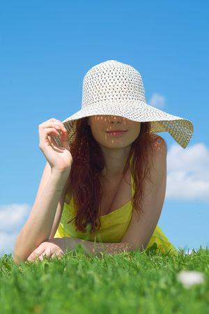 Une belle fille sur la robe jaune et un chapeau d'�t� en appr�ciant