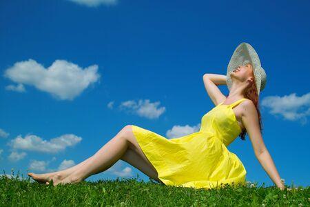 Une belle fille sur la robe jaune et rouge avec des cheveux b�n�ficiant de l'�t�