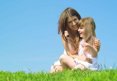 M�re et fille se reposant dans un parc de journ�e ensoleill�e