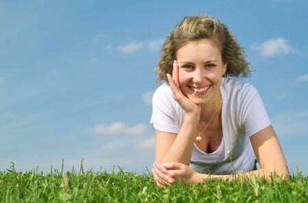 Une belle dame assise sur l'herbe en journ�e ensoleill�e