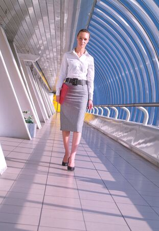 Portrait de la belle jeune femme d'affaires rouge avec dossier