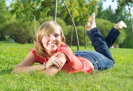 Une belle dame poser sur l'herbe en journ�e ensoleill�e