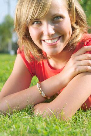 Belle dame en chemise rouge de d�tente dans le parc