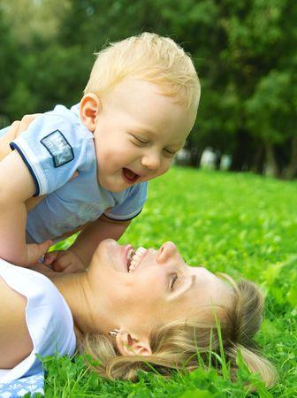 M�re et fils reste dans le parc de jour d'�t�