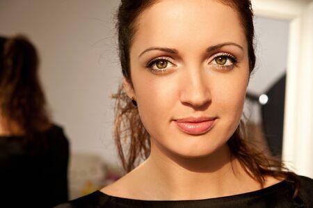 pelo castaño claro: Retrato de mujer hermosa en el vestido negro Foto de archivo