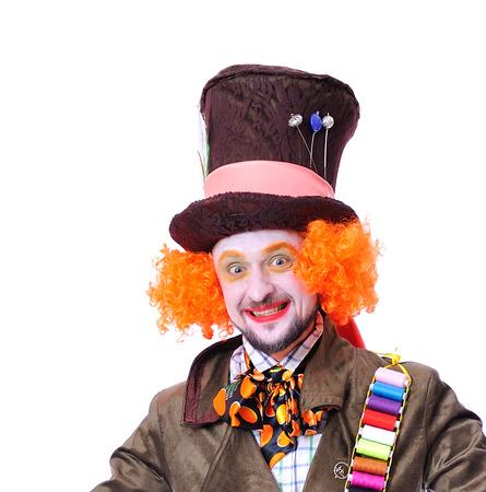 Les différentes émotions faciales du chanteur en panne. Portrait en gros plan de sourire et de tromper l'animateur dans divers rôles de théâtre. Émotionnel et coloré Banque d'images - 85856728