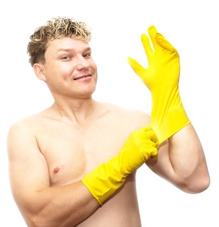 utiles de aseo personal: Hombre en guantes de goma de color amarillo sobre fondo blanco
