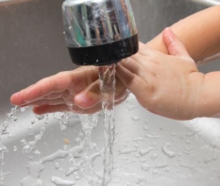 lavarse las manos: niño se lava las manos