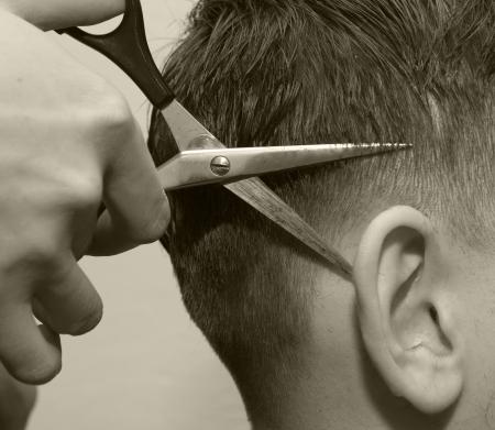 coupe de cheveux homme: barbier ciseaux oreille