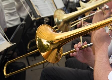 muzikant speelt trompet in het orkest Stockfoto