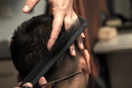 peluquero: Corte de pelo de los hombres en la tijera barbero