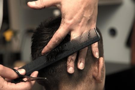 peluquero: Corte de pelo de los hombres en las tijeras de peluquero Foto de archivo