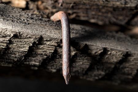 rusty nail: viejo clavo oxidado en la pieza de madera. macro