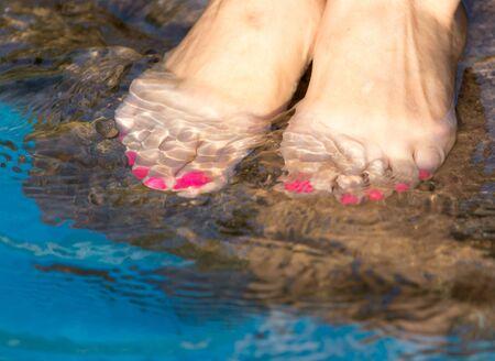 u�as pintadas: pedicure pie en el agua en las rocas