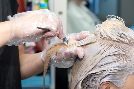 peluqueria: coloración del cabello en el salón Foto de archivo