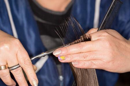 horizontal haircut: haircut at the beauty salon