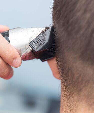 shorten: Hombre que tiene un corte de pelo con cortar el pelo Foto de archivo