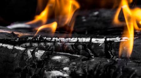 holzbriketts: Verbrennen von Kohle als Hintergrund