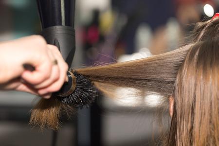 secador de pelo: secador de pelo peinado en un salón de belleza Foto de archivo