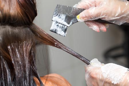 haarkleuring in een schoonheidssalon Stockfoto