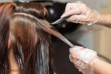 barvy: barvení vlasů v salonu krásy