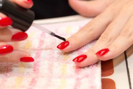 uñas pintadas de esmalte de uñas de color rojo en un salón de belleza