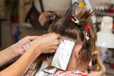 salon de belleza: tejer el cabello en un salón de belleza