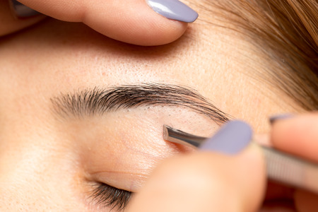 eyebrow: Grooming the eyebrows in a beauty salon