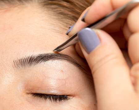 depilate: Grooming the eyebrows in a beauty salon