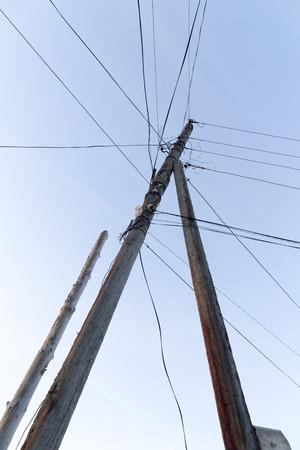 cables electricos: pilar con los cables eléctricos en el amanecer