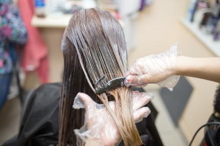 haarkleuring in de schoonheidssalon Stockfoto