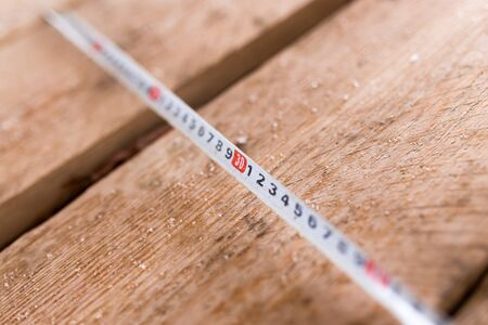metro medir: de medición del medidor vigas de madera como fondo