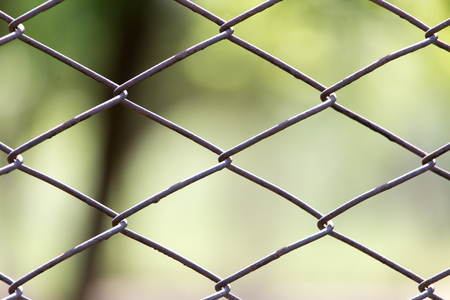 malla metalica: malla de metal en la naturaleza como un fondo