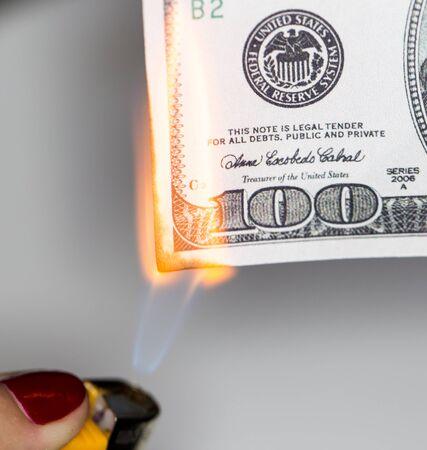 quemadura: 100 USD queman Foto de archivo